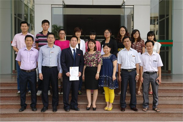 Bế giảng và trao chứng nhận cho 2 giáo viên và 8 nghiên cức sinh sang thăm và học tập tại trường Đại học Công nghiệp Hà Nội.