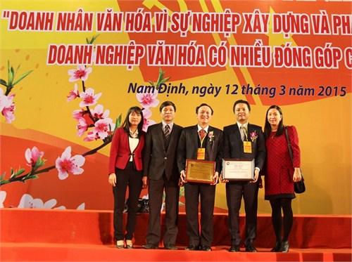 """Đón nhận danh hiệu """"Doanh nhân Văn hóa vì sự nghiệp xây dựng và phát triển đất nước – Doanh nghiệp Văn hóa có nhiều đóng góp cho xã hội"""""""